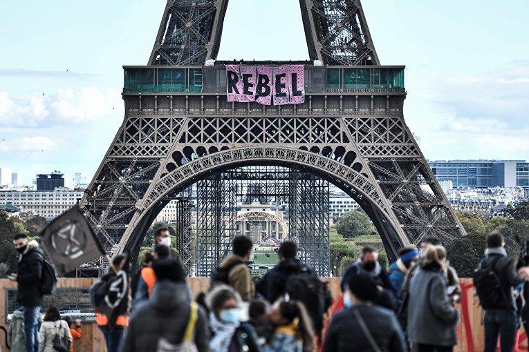 11 октября 2020. Экорадикалы устроили акцию протеста на Эйфелевой башне, Париж, Франция
