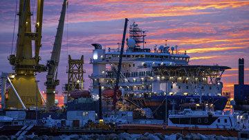 Российское судно-трубоукладчик «Академик Черский» впорту острова Рюген, Германия