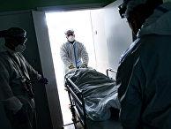 Медицинские работники оказывают помощь пациенту с COVID-19 в отделении компьютерной томографии