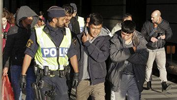 Группа мигрантов в сопровождении полиции в Мальмё