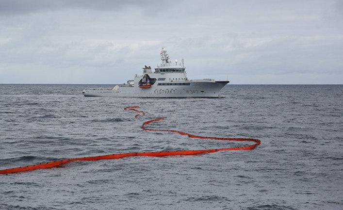 Корабль береговой охраны Норвегии вовремя международных российско-норвежских учений «Баренц— 2018» внейтральных водах Баренцева моря
