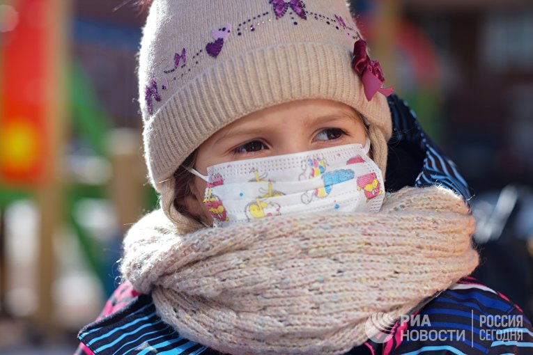 Девочка в медицинской маске