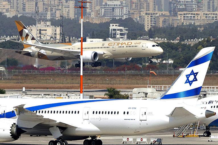Самолет с делегацией ОАЭ в израильском аэропорту Бен-Гурион