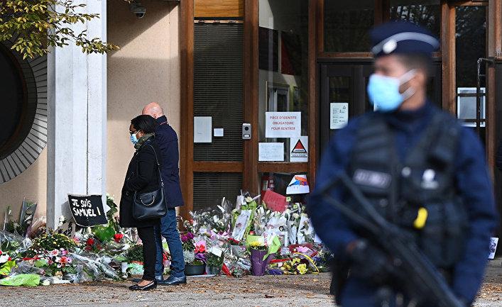 Цветы в память об убитом учителе Сэмюэле Пати