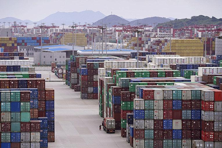 Контейнеры в порту Яншань в Шанхае