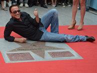 Актер Жан-Клод Ван Дамм назакладке именной звезды на«Аллее звезд» вторгово-развлекательном центре «ИЮНЬ» вМытищах