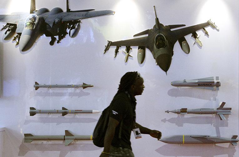 Стенд компании Raytheon на оружейной выставке в Сингапуре