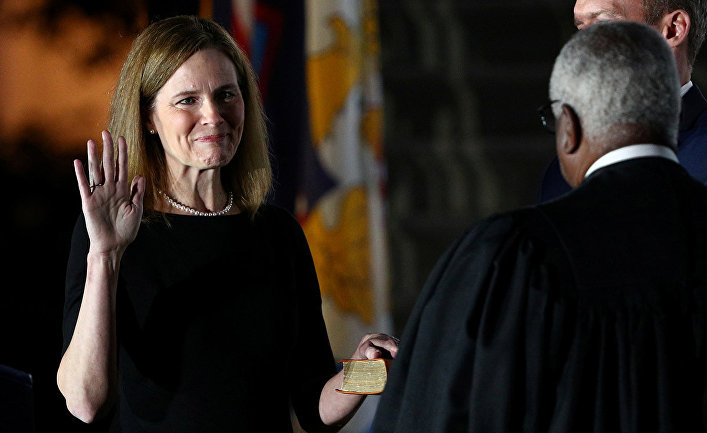 Судья Эми Барретт приносит присягу в Вашингтоне