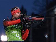Евгений Устюгов (Россия) на огневом рубеже эстафетной гонки в соревнованиях по биатлону среди мужчин на XXII зимних Олимпийских играх в Сочи
