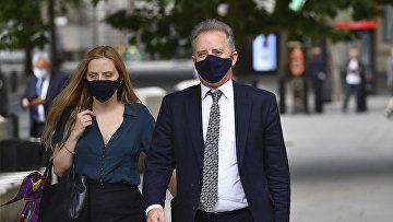 Бывший британский шпион Кристофер Стил выходит из здания суда в Лондоне