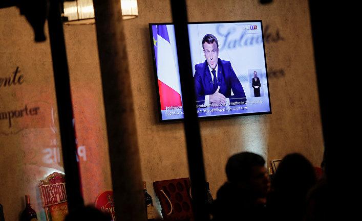 Президент Франции Эммануэль Макрон во время обращения к нации
