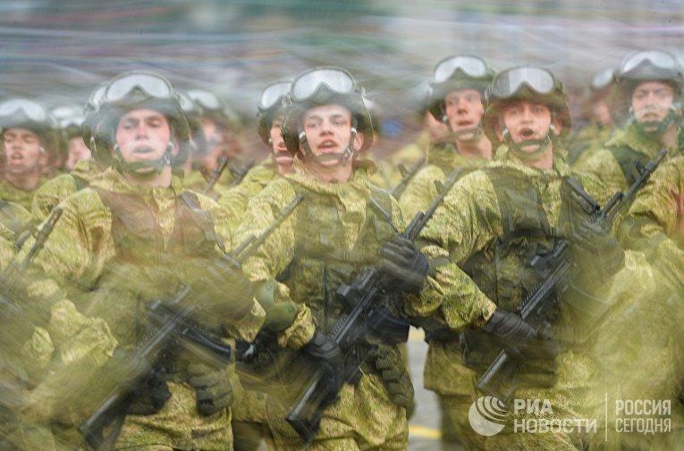Военнослужащие на военном параде