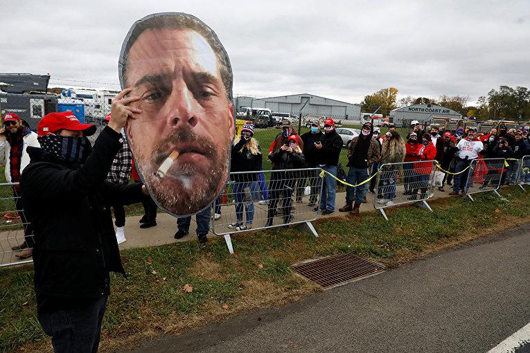 Сторонники Дональда Трампа с фотографией Хантера Байдена в Эри, штат Пенсильвания