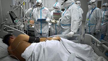 Мужчина в отделении реанимации во временном госпитале для пациентов с COVID-19 в Сокольниках