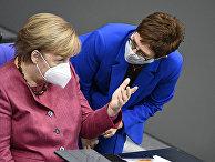 Канцлер Германии Ангела Меркель и министр обороны Германии Аннегрет Крамп-Карренбауэр во время заседания бундестага