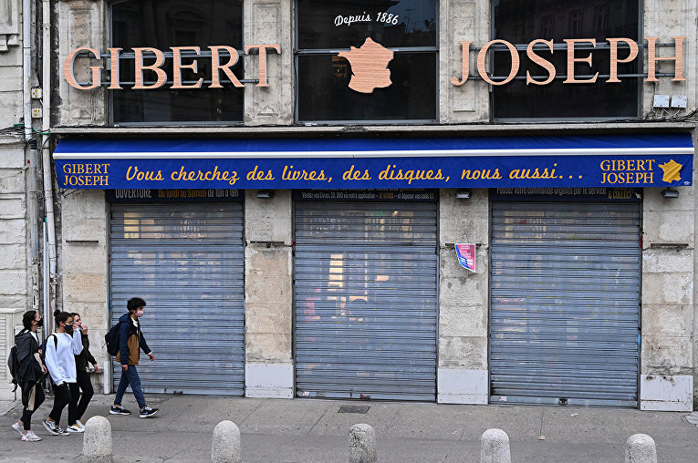 Витрина закрытого книжного магазина в Париже, Монпелье