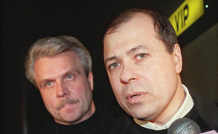 Сергей Михайлов в сопровождении адвоката в аэропорту Шереметьево в Москве