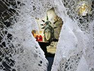 Граффити, изображающее лицо Статуи свободы, через разбитую витрину магазина в Нью-Йорке, США