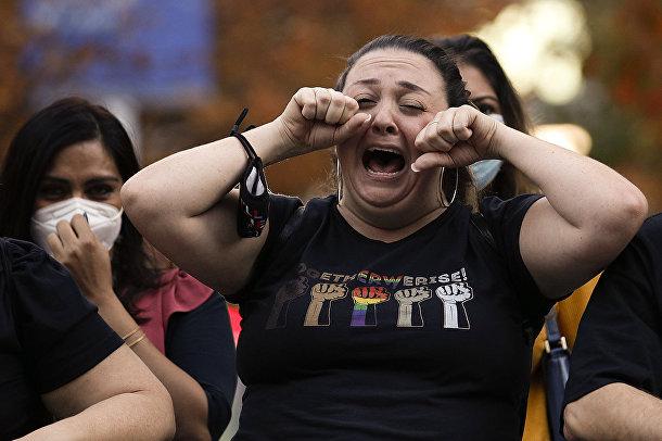Сторонница Джо Байдена насмехается над сторонниками президента Дональда Трампа в Филадельфии