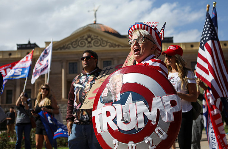 Сторонники президента США Дональда Трампа на акции протеста в Финиксе, штат Аризона