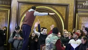 Разъяренная толпа врывается в здание армянского парламента после того, как премьер-министр соглашается на договор по Нагорному Карабах