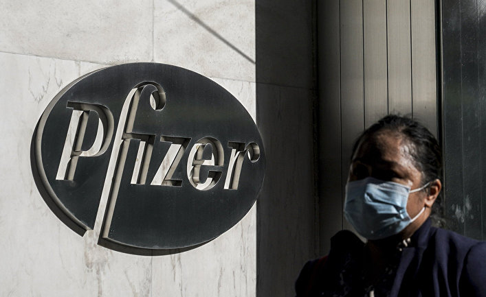 Логотип на здании штаб-квартиры Pfizer в Нью-Йорке