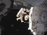 Российский космонавт Олег Кононенко во время выхода в открытый космос за пределами Международной космической станции