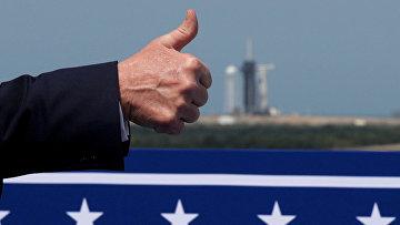 Дональд Трамп показывает большой палец перед запуском ракеты SpaceX Falcon 9 с мыса Канаверал, штат Флорида