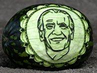 Арбуз, на котором вырезан портрет кандидата в президенты США – Джозефа Байдена
