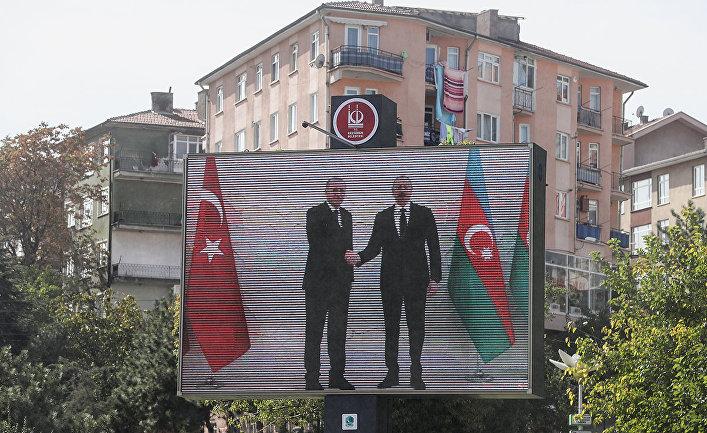 Президент Турции Реджеп Эрдоган и президентАзербайджана Ильхам Алиев на экране монитора в Анкаре