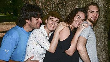Четверо молодых людей, состоящих в полиаморных отношениях в Буэнос-Айресе