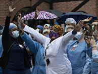Медицинские работники у больницы в Нью-Йорке