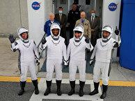 Экипаж SpaceX Falcon 9 в космическом центре Кеннеди на мысе Канаверал