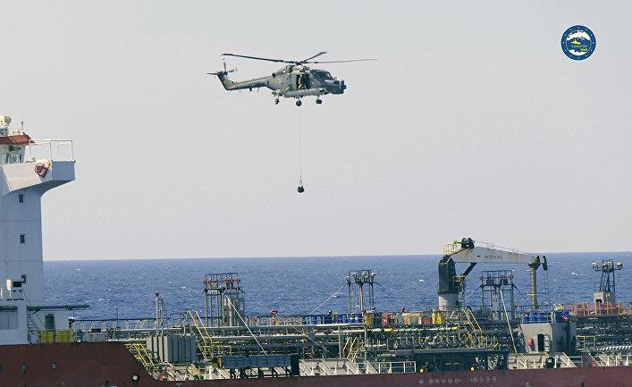 Морские пехотинцы ЕС осматривают судно Royal Diamond 7