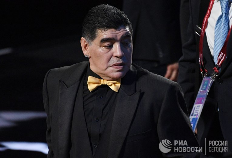 Ассистент жеребьевки аргентинский футболист Диего Марадона