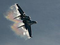 Истребитель Су-35 выполняет демонстрационный полет