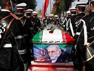 Гроб с телом иранского ученого-ядерщика Мохсена Фахризаде во время траурной церемонии в Тегеране