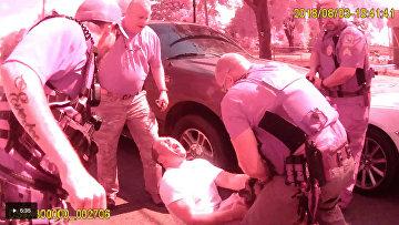 Кадры нападения полицейских собак