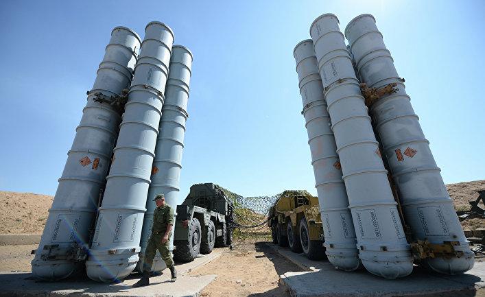 Военнослужащий возле зенитно-ракетн системы С-300ПС