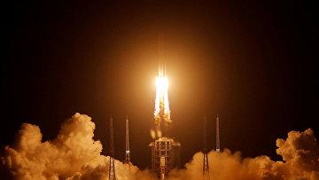 Старт ракеты Long March-5 Y5 с лунным зондом Chang'e-5 в Вэньчане