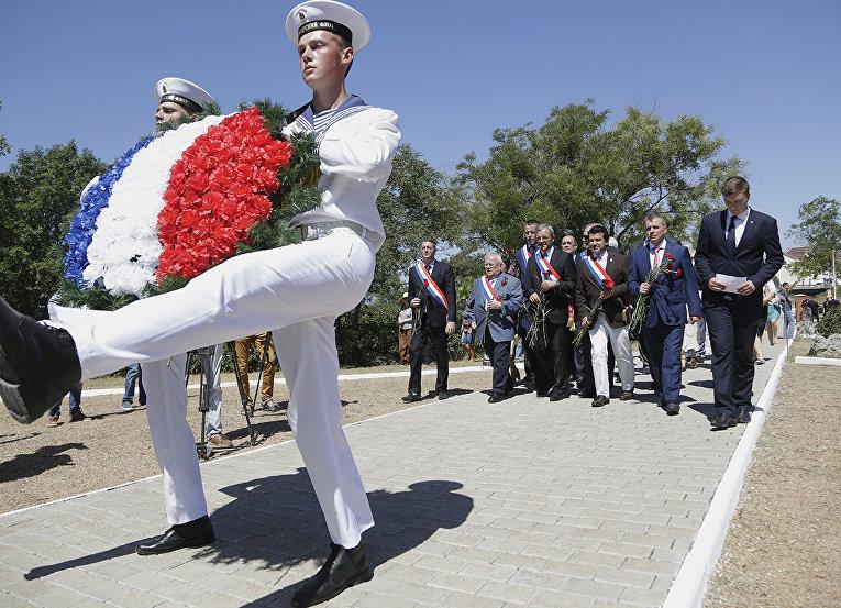 Церемония возложения венков на французском военном кладбище в Севастополе