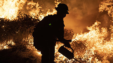 Борьба с природными пожарами на горном хребте Сан-Габриэль в округе Лос-Анджелес, Калифорния