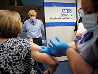 Премьер-министр Великобритании Борис Джонсон наблюдает за вакцинацией в больнице в Лондоне, Великобритания