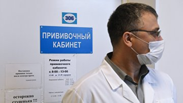 Медицинский работник возле прививочного кабинета