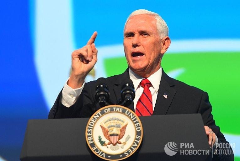 Вице-президент США Майк Пенс выступает на открытии Международного конгресса астронавтики в Вашингтоне