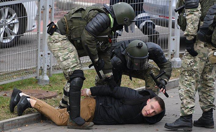 Сотрудники правоохранительных органов задерживают участника несанкционированной акции «Дзяды» («Деды», «Предки») вМинске