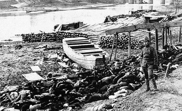 Берег реки, усеянный телами китайцев, расстрелянных японской армией