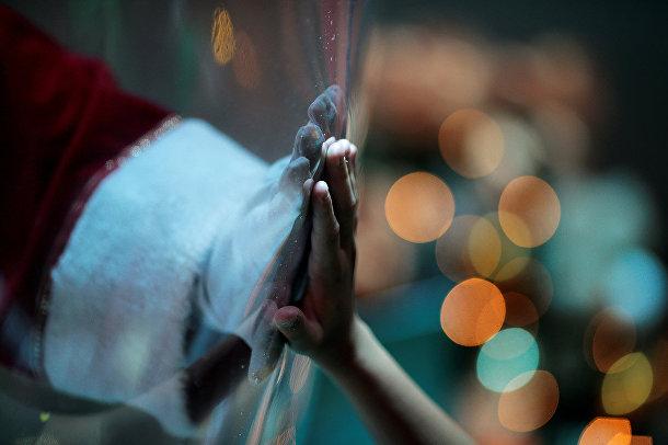 Санта-Клаус внутри пластикового пузыря