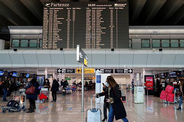 Пассажиры в римском аэропорту Фьюмичино