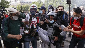 Участники митинга Black Lives Matter на площади Республики в Париже